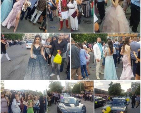 Принцеси и истински джентълмени пред Новотела! Хуманитарната и Строителния ликуват!