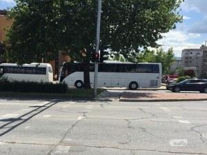 Автобус се курдиса върху пешеходна пътека в Пловдив, на шофьора – не му пукало