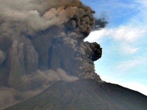 Изригна вулканът Агунг на остров Бали! 9 села са покрити с пепел