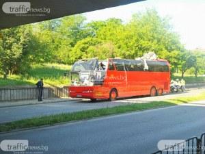 Автобус се заклещи под мост в Пловдив, стана кабрио