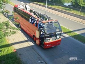 Автобусът, опитал се да мине под мост в Пловдив, остана изцяло без покрив