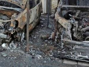 Два автомобила горят между 7 и 8 блок в