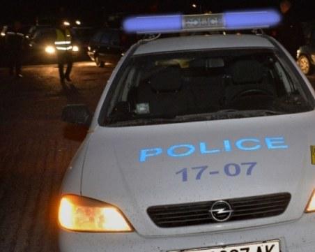С вили, с коси… Роми нападнаха кмета на Буковлък, потрошиха колата му и патрулка