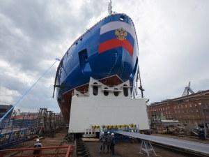 Руски кораб с два реактора разбива лед с дебелина 3 метра
