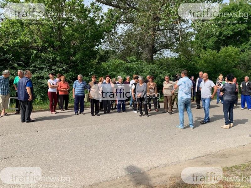 Жители на пловдивското Церетелево блокираха път, нямат вода от 5 месеца