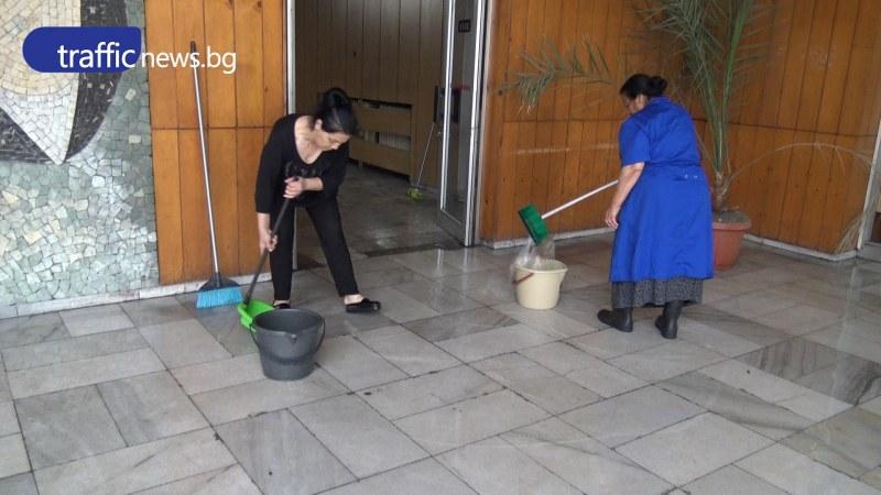 С гумени ботуши и кофи в ръка се борят с пороя в Централна поща в Пловдив