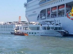 Круизен лайнер и кораб за разходки се сблъскаха във Венеция, петима са ранени
