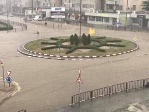 Водно бедствие и в Асеновград, дъждът наводни улици и къщи