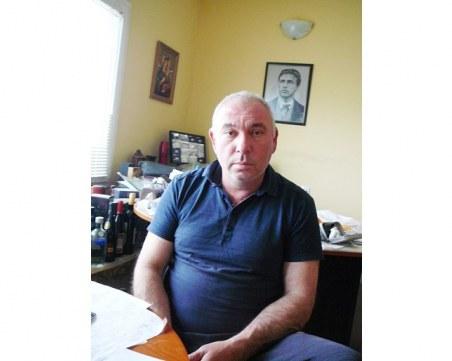 Зeмеделец си купува общински имот, намира вътре цяла ромска махала!