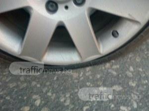 Мъж от родопско село пука гуми наред! Седем коли на прицела му