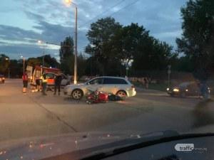 Кола блъсна моторист в Пловдив! На мястото има линейка
