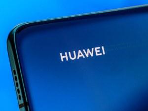 Война без спир! Новите смартфони на Huawei остават без Facebook