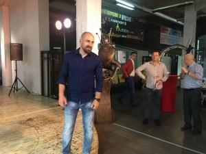 Целувки с жабока - принц и селфита с врабче на изложбата на Антон Урдаджиев