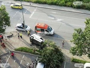 Дърво паднало върху паркирана кола след катастрофата на Пещерско