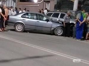 След дрифт в Столипиново: Шофьор се вряза в паркирани коли*