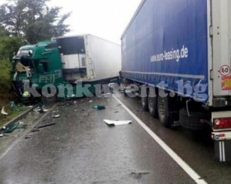 Тежка катастрофа между два тира затапи международен път Е79