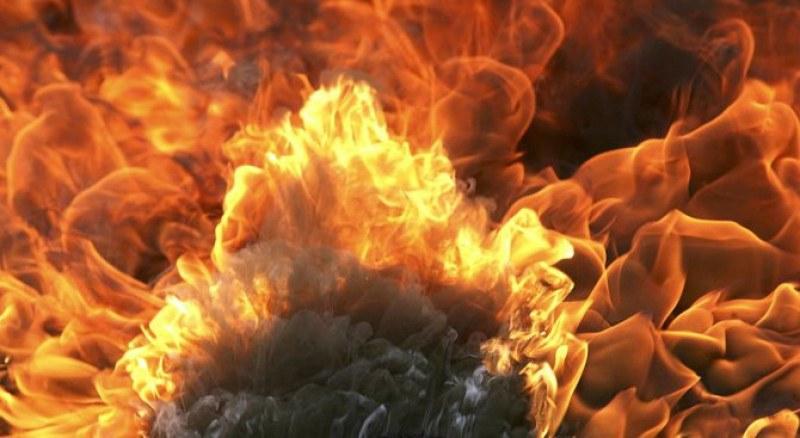 Джип се запали и взриви пред магазин на столичния бул.