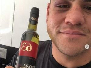 Багата утеши Тай Туиваса с бутилка българска ракия