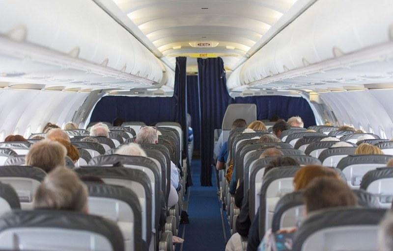 Жена отвори аварийния изход на самолет - сбърка го с тоалетната