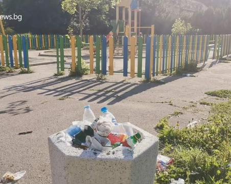 Бири, пълни памперси… Детска площадка или ароматно квартално сметище?