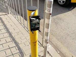 Ремонтират столичен бутон на светофар с... лъжица?