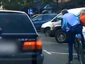 След подпиране на кола – шофьор нокаутира колоездач в Казанлък