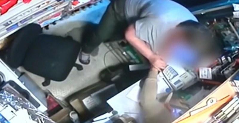Въоръжен с нож в павилион. Продавачката го удря с… лупа! Той бяга