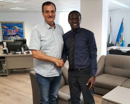 Договорът е факт! Нигериец ще учи на футбол децата от Столипиново