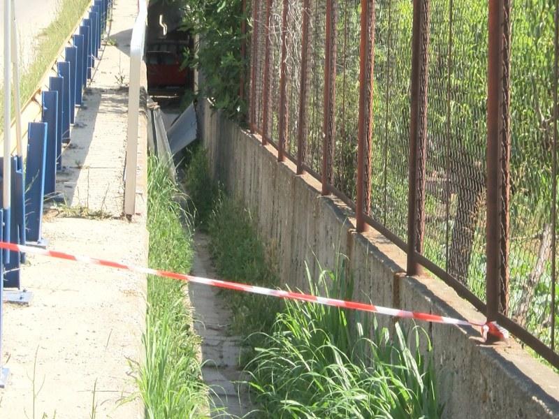 Обезопасяват надлеза в Мокрище, където двама младежи пострадаха след падане