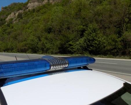 Патрулка и лек автомобил се сблъскаха челно край Ябланица