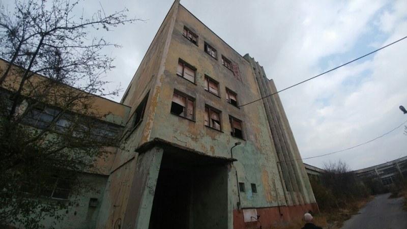 Продават производствен имот с 16 сгради, в които се произвеждали работни обувки