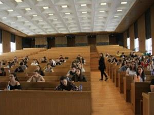 Кандидат-студенти се явяват на изпити по история и химия в СУ днес