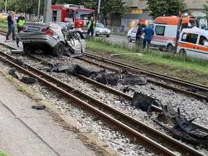 Тежка катастрофа в София, вдигат кола с кран от трамвайните релси