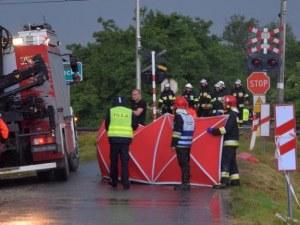 Влак връхлетя кола на жп прелез в Полша! Петима загинаха