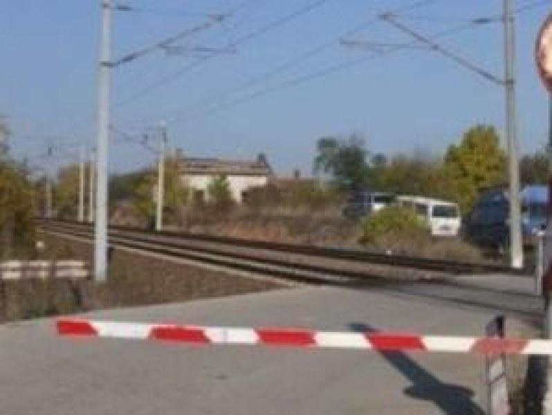 Училищни автобуси преминавали през бариери на жп прелез! Започнаха проверка