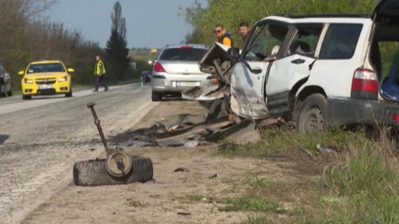 Две жени загинаха, дете е в тежко състояние след катастрофа между кола и ТИР