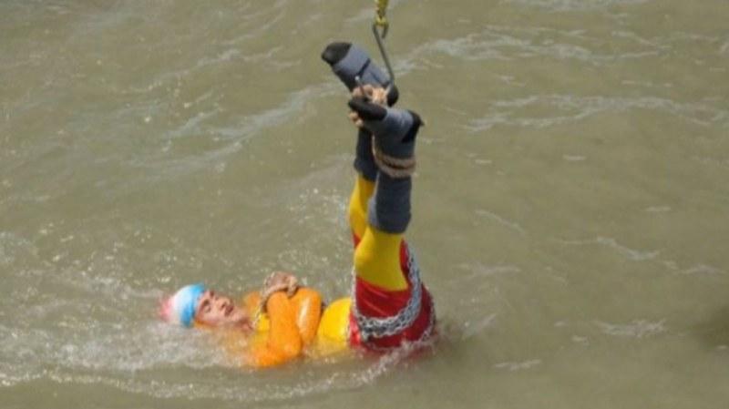 Индийски илюзионист изчезна в реката, след като опита трик на Худини