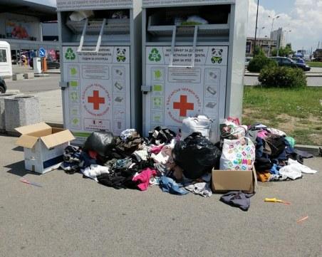Контейнери за дрехи преливат от дарения. Гражданите: Никой не ги извозва!