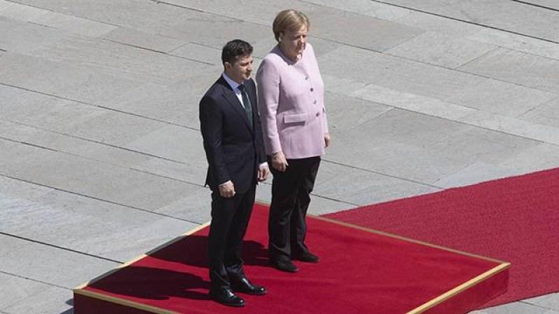 Ангела Меркел се разтрепери като лист на официална церемония