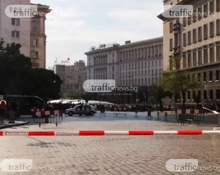 Под прозорците на Министерския съвет: Десетки протестират за