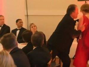 Скандал! Британски зам.-министър сграбчи за врата млада жена и я забута към вратата