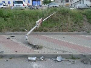 Среднощен дрифт из улиците на Благоевград. БМВ спря в стълб, събори го
