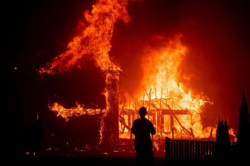 Пожар избухна до Атина, два самолета и хеликоптер го гасят