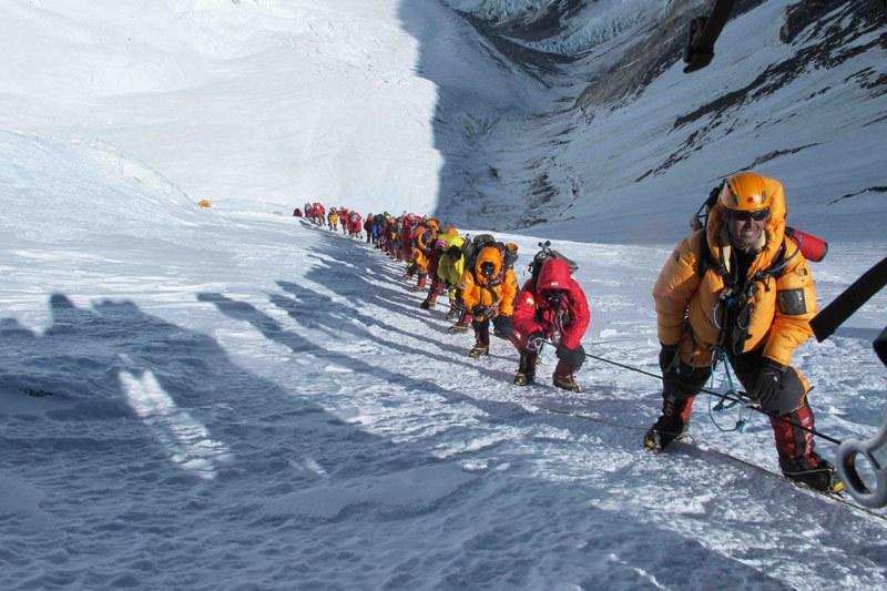 Все по-голям наплив към Еверест, скача и броят на загиналите