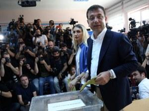 Кандидатът на опозицията води убедително в Истанбул, сочат първите резултати