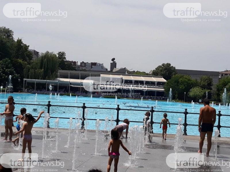Жега! Кое е най-подходящото място за пловдивчани? Сухият фонтан, естествено!