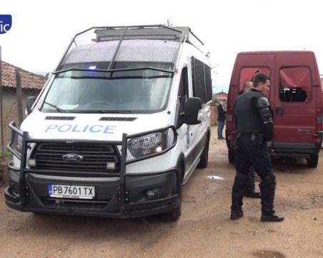 Розино: 8 буса и 15 патрулки вардят ромските родове Сребреви и Ескендерови