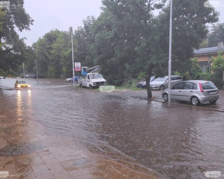 Вихрушка се изви в Пловдив и вдигна всичката мръсотия от улиците! Дъждът ще я измие...*