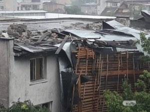 Бурята в Пловдив отнесе покрива на кооперация! Всички са евакуирани