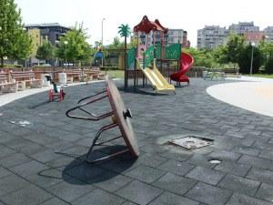 Вандали изкъртиха въртележката на детска площадка в пловдивски парк